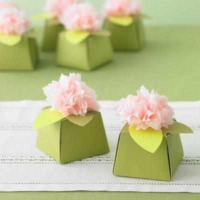 Оформление подарков цветами из бумаги