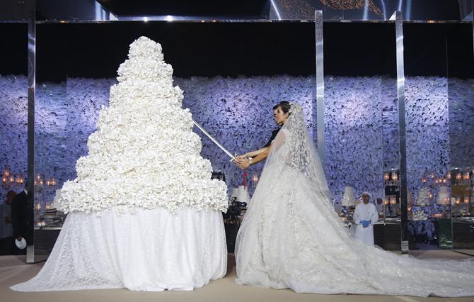 Showstopper Wedding Cakes   PreOwnedWeddingDresses.com