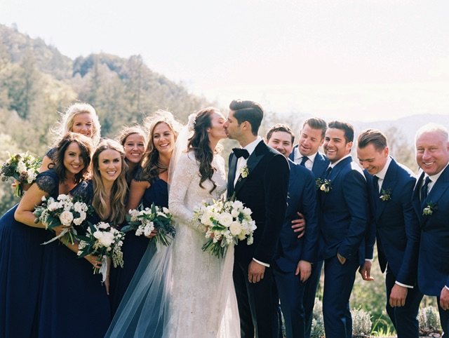 27-bridal-party-kiss