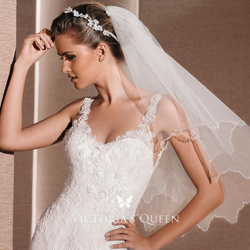 Bride wearing elbow length veil
